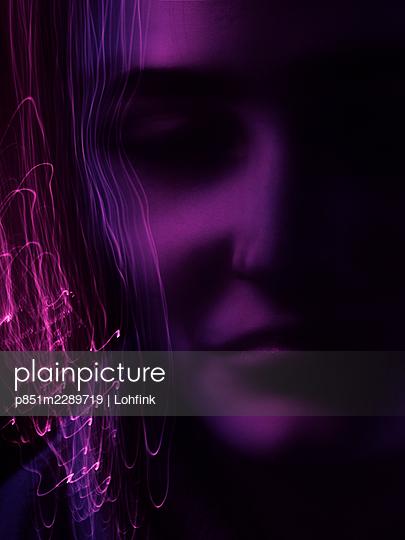 Light trails in front of purple face, longe exposure - p851m2289719 by Lohfink