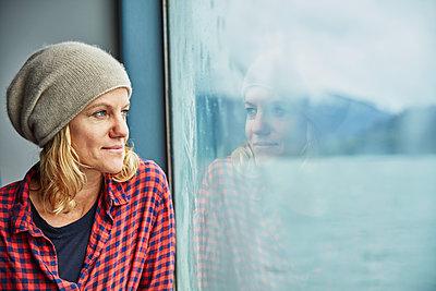 Chile, Hornopiren, portrait of woman looking out of window of a ferry - p300m2069205 by Stefan Schütz