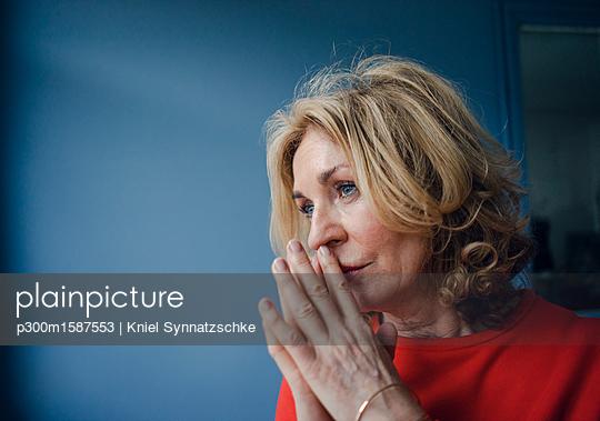 Portrait of thoughtful senior woman - p300m1587553 von Kniel Synnatzschke