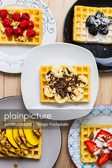 Plates of waffles with various toppings - p300m2004226 von Giorgio Fochesato