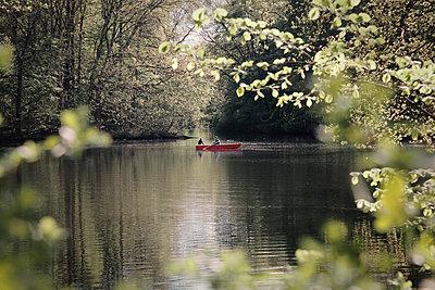 Liebespaar auf Boot im See - p1225m1039332 von Mascha Lohe