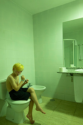 Boy brushing his teeth in bathroom - p1418m2037393 by Jan Håkan Dahlström