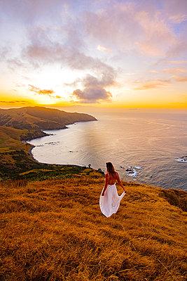 Frau im Abendkleid in weiter Landschaft am Meer - p1455m2203667 von Ingmar Wein