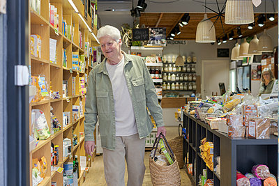 Barcelona, Spain. Senior man buying food in local organic store / Senior man with small business shop. Local, shot, small business, km0, organic, slow food, senior, shop, urban garden, city, grow food, vegetables - p300m2179864 von VITTA GALLERY