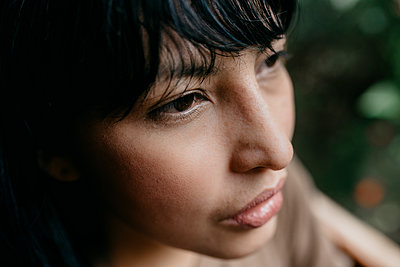Thoughtful woman looking away - p300m2273967 by MORNINGVIEW AGENCY