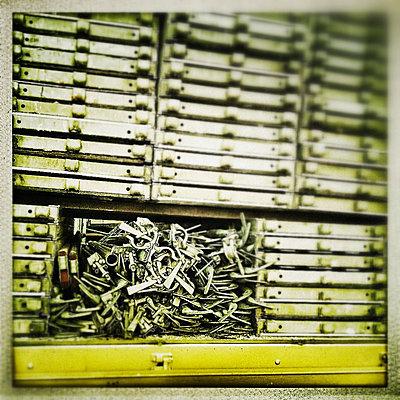 Ablage - p586m780994 von KNSY Bande