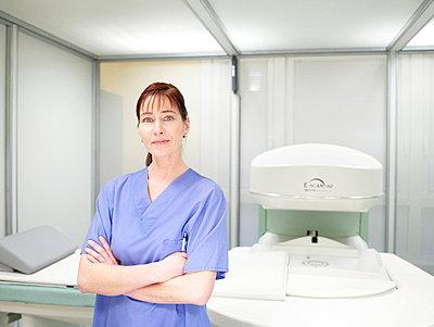 Krankenschwester vor offenem MRT  - p6430212f von senior images RF