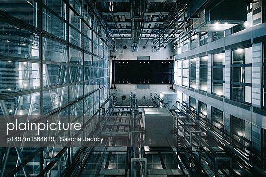 Futuristisches Gebäude aus Glas mit Aufzug - p1497m1584619 von Sascha Jacoby