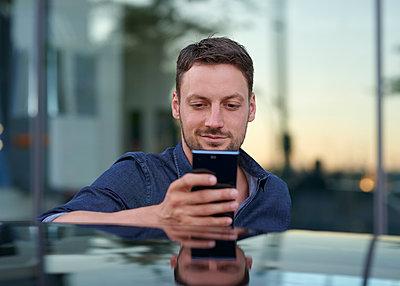 Mann mit Smartphone - p1124m1461088 von Willing-Holtz