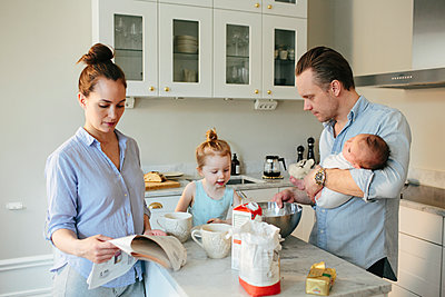 Family in kitchen - p312m1556953 by Anna Rostrom