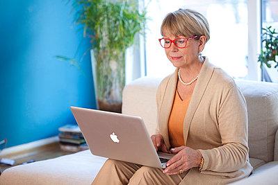 Frau am Laptop - p981m766877 von Franke + Mans