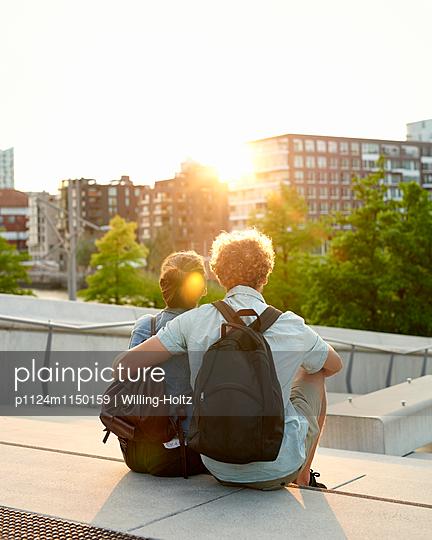 Paar sitzt auf Stufen - p1124m1150159 von Willing-Holtz
