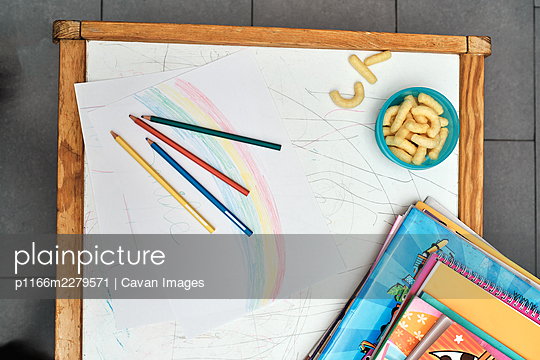 desk with pencils and knick-knacks in the living room - p1166m2279571 by Cavan Images