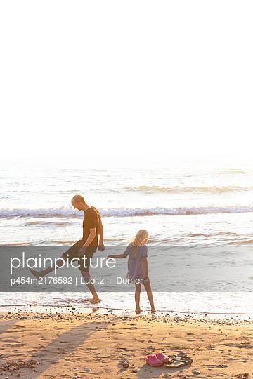 Joy at the beach - p454m2176592 by Lubitz + Dorner