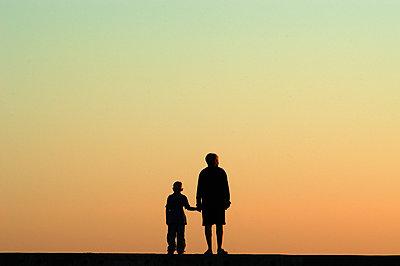 Silhouette einer Mutter mit Kind - p1354m1362101 von Kaiser