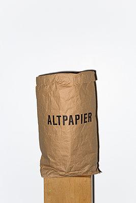 Altpapier - p454m1332581 von Lubitz + Dorner