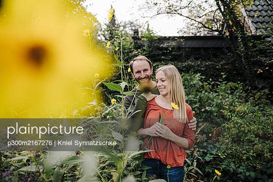 Happy couple enjoying their urban agrden - p300m2167276 by Kniel Synnatzschke