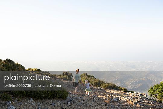 Bergspaziergang - p454m2030736 von Lubitz + Dorner