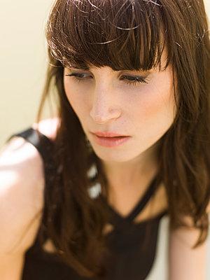 Frau im Sonnenlicht - p1076m925969 von TOBSN