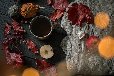 Cup of tea and autumnal decoration - p300m2080488 von Jean Schwarz
