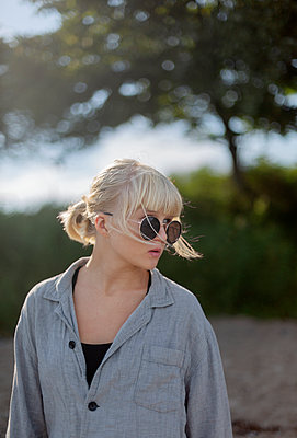 Teenage girl looking away - p312m2145918 by Pernille Tofte