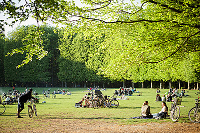 Sweden, Skane, Malmo, Pildammsparken, People relaxing in sunny park - p352m1349332 by Gustaf Emanuelsson