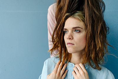 Braune Haare um das Gesicht einer jungen Frau herum - p586m1510344 von Kniel Synnatzschke