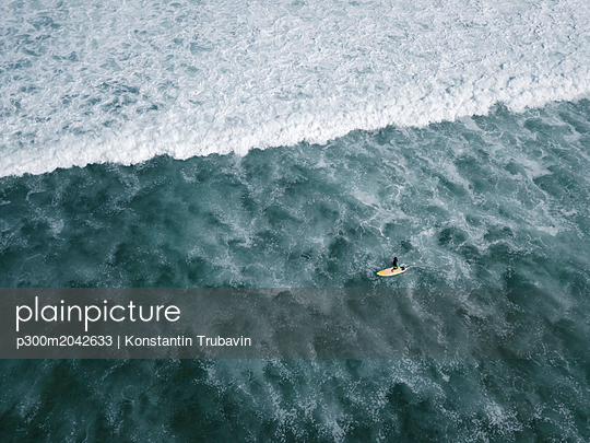 Indonesia, Bali, Aerial view of Balngan beach, surfer - p300m2042633 von Konstantin Trubavin