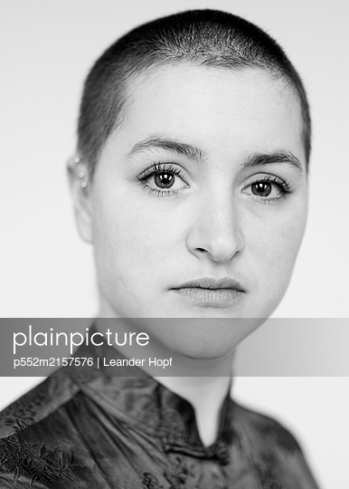 Woman with short hair - p552m2157576 by Leander Hopf