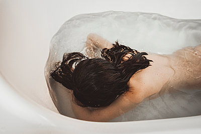 Girl submerging in bathtub - p1150m1194473 by Elise Ortiou Campion
