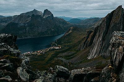 Berg Segla in Norwegen kurz vor Sonnenaufgang im mystischen Licht - p1497m2142605 von Sascha Jacoby