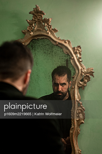Man looking at his mirror image - p1609m2219665 by Katrin Wolfmeier