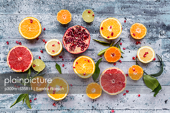 plainpicture | Photo library for authentic images - plainpicture p300m1535811 - Various citrus fruits, oran... - plainpicture/Westend61/Sandra Roesch