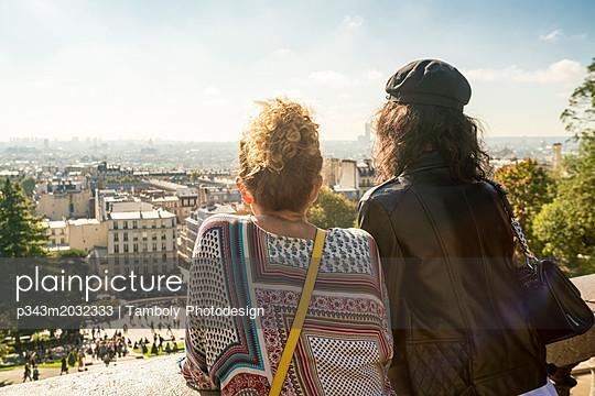 plainpicture - plainpicture p343m2032333 - Two female tourists looking... - plainpicture/Aurora Photos/Tamboly Photodesign