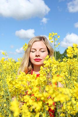 Woman in a rape field - p045m931644 by Jasmin Sander