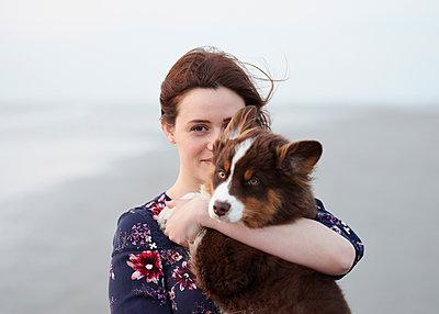 Frau hält Hundewelpen auf dem Arm - p1124m1223994 von Willing-Holtz