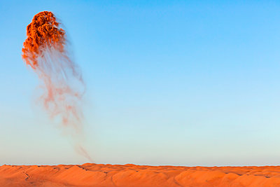 Oman, Wahiba Sands, Sand throwing in the air - p300m2104636 by Valentin Weinhäupl