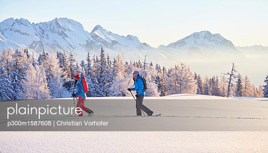 Austria, Tyrol, couple snowshoeing - p300m1587608 von Christian Vorhofer