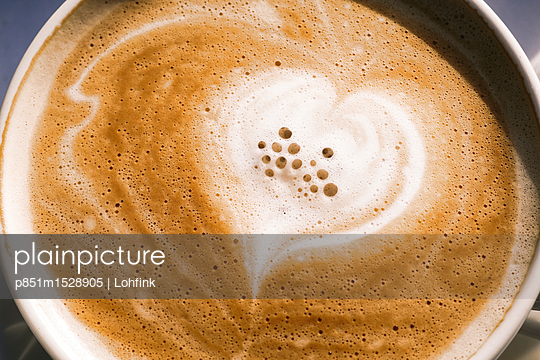 plainpicture | Photo library for authentic images - plainpicture p851m1528905 - Coffee latte - plainpicture/Lohfink