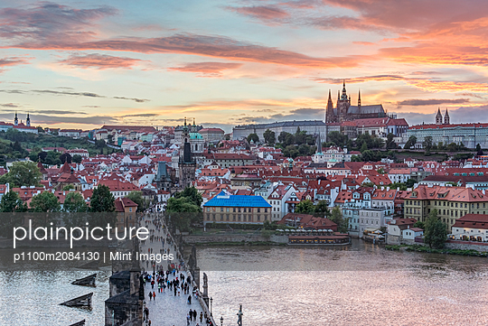 Charles Bridge, Prague Castle and cityscape at sunset, Prague, Czech Republic,Budapest, Central Hungary, Hungary - p1100m2084130 by Mint Images