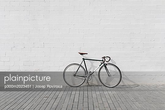 Racing cycle leaning against wall - p300m2023451 von Josep Rovirosa