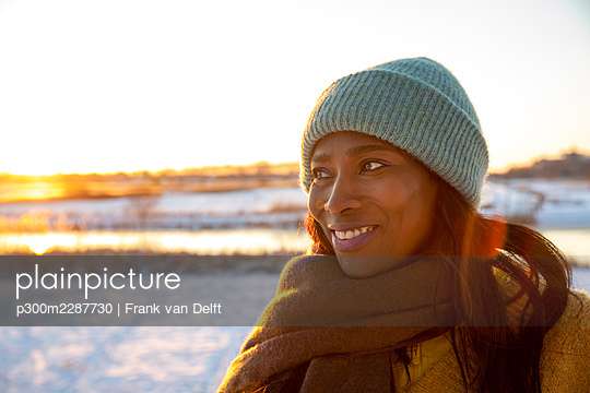 Netherlands, Den Bosch, woman and teen son in snowy landscape - p300m2287730 von Frank van Delft