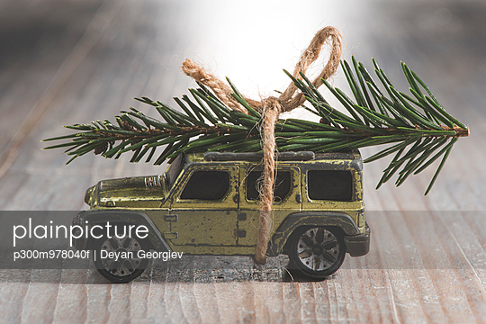 SUV car toy with Christmas tree on roof
