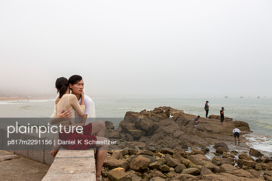 Young lovers embracing on the promenade - p817m2291156 by Daniel K Schweitzer