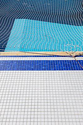 Netz über einem Pool  - p280m1111711 von victor s. brigola
