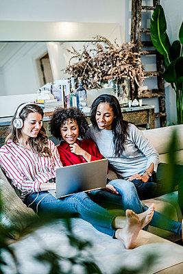 Three friends at home, living together - p300m2080079 von Giorgio Fochesato