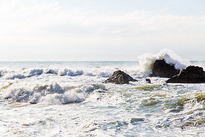 Sea waves breaking on the Pacific coast - p756m2126123 by Bénédicte Lassalle