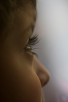 Little boy looking away  - p794m2073062 by Mohamad Itani