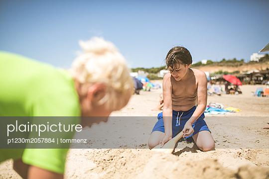 buddeln am Strand - p1230m2057884 von tommenz