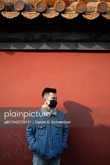 Asian man with community mask - p817m2179111 by Daniel K Schweitzer